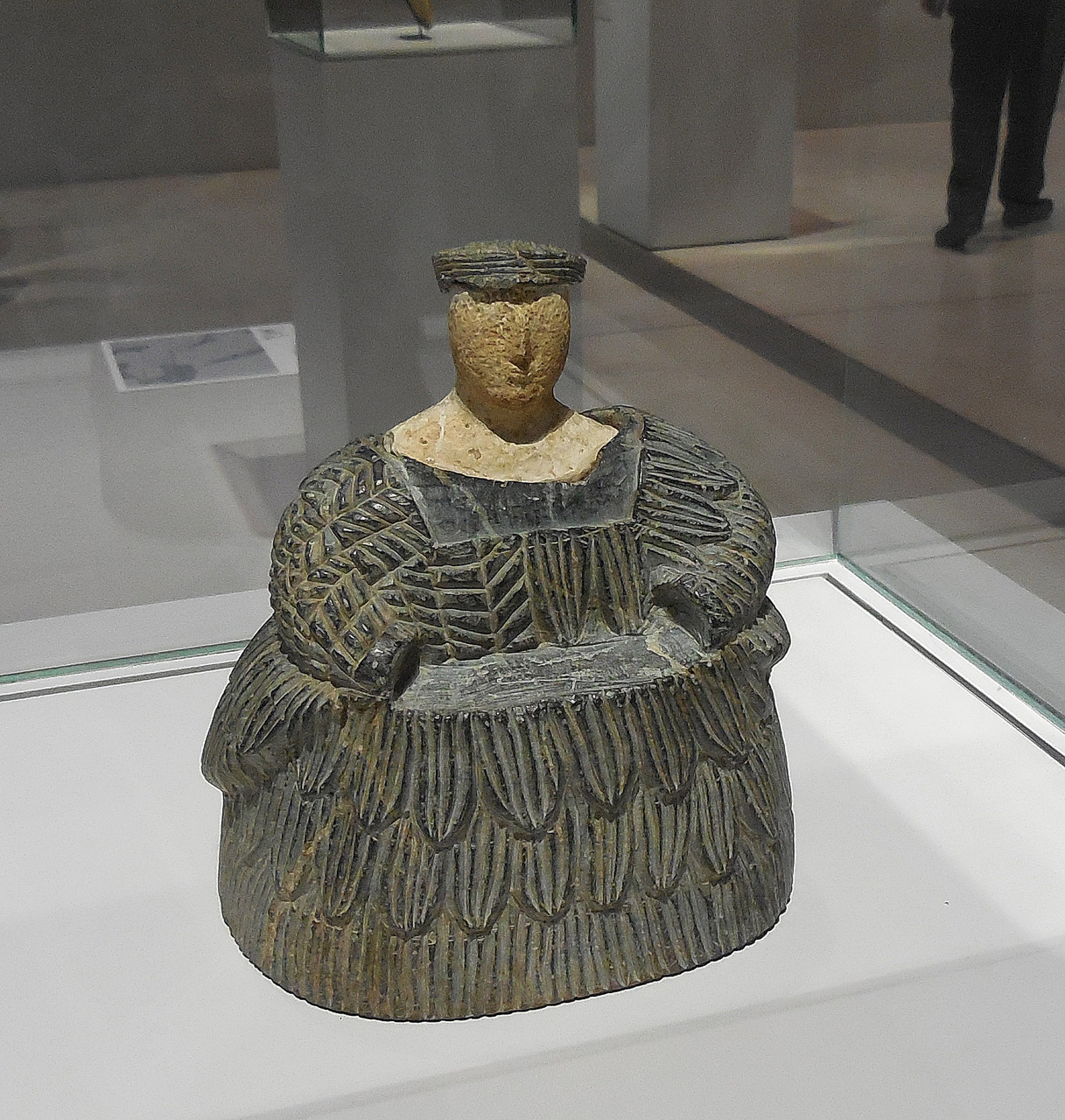 2300 -1700 av J.C., Afghanistan, Femme vêtue d'une robe-manteau de laine