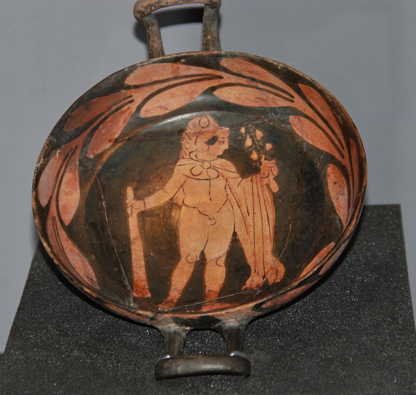Vase à boire en terre cuite revêtue d'un vernis noir, Italie méridionale, IVe siècle av. J.-C. / Photo Y. François