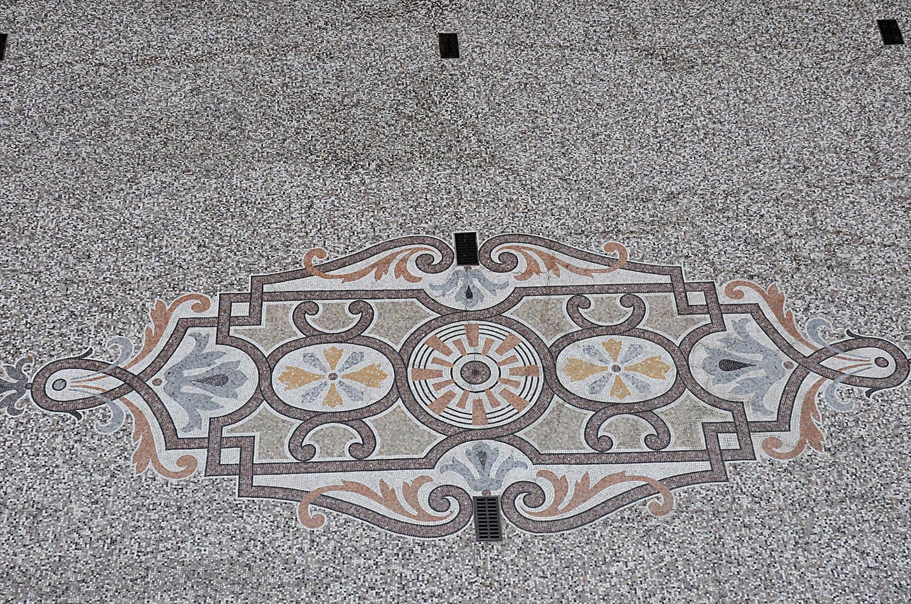 Pavage en mosaïque de la cour centrale
