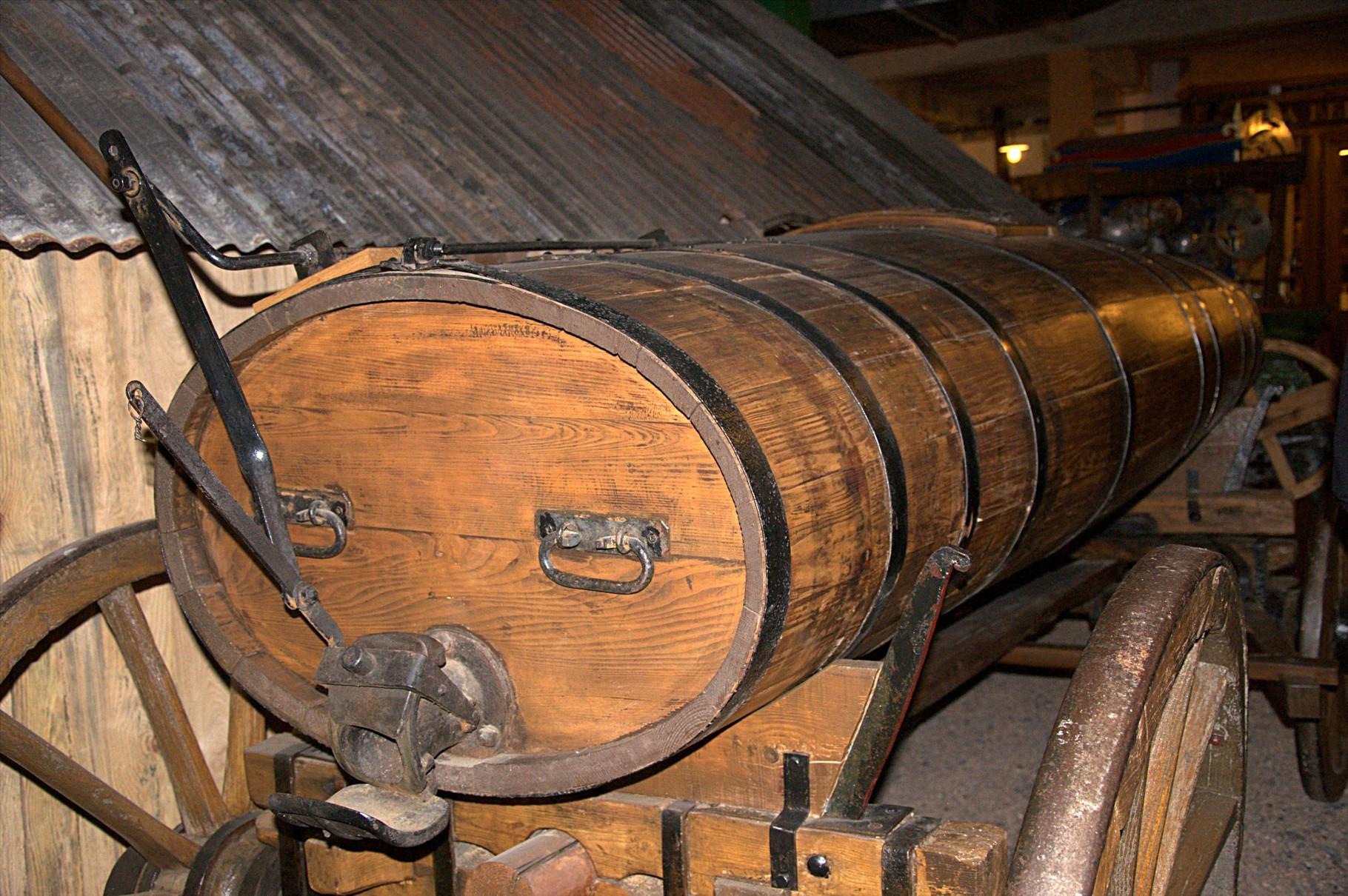 Tonne pour le transport des liquides (peut-être de vin)