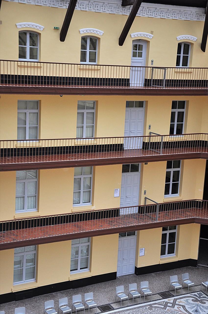 Sur les coursives entrées des appartements des membres du Familistère
