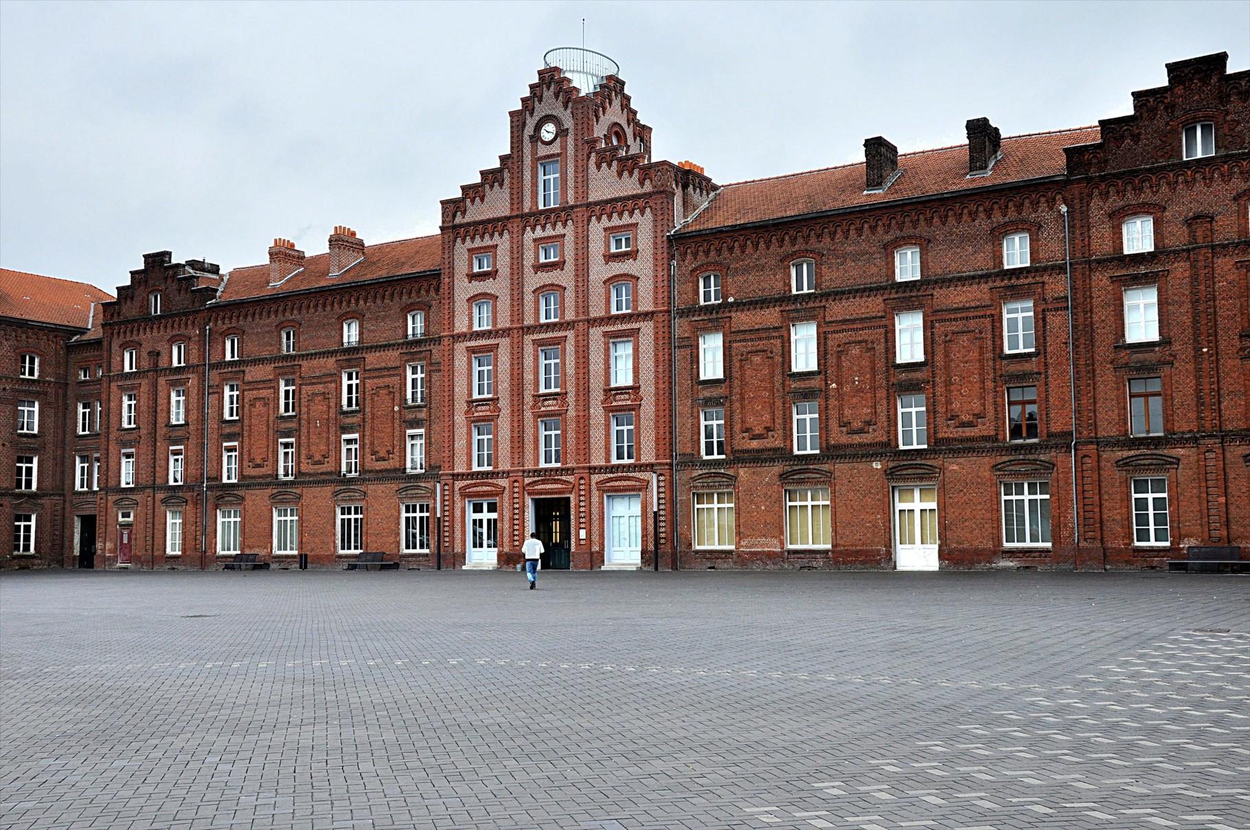 Façade du pavillon central de Familistère dominée par une horloge et un belvédère