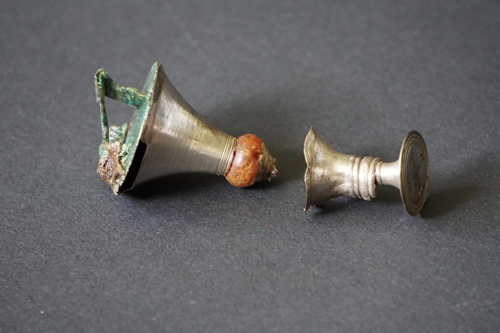 """Fibule """"trompette"""" avec perle d'ambre"""