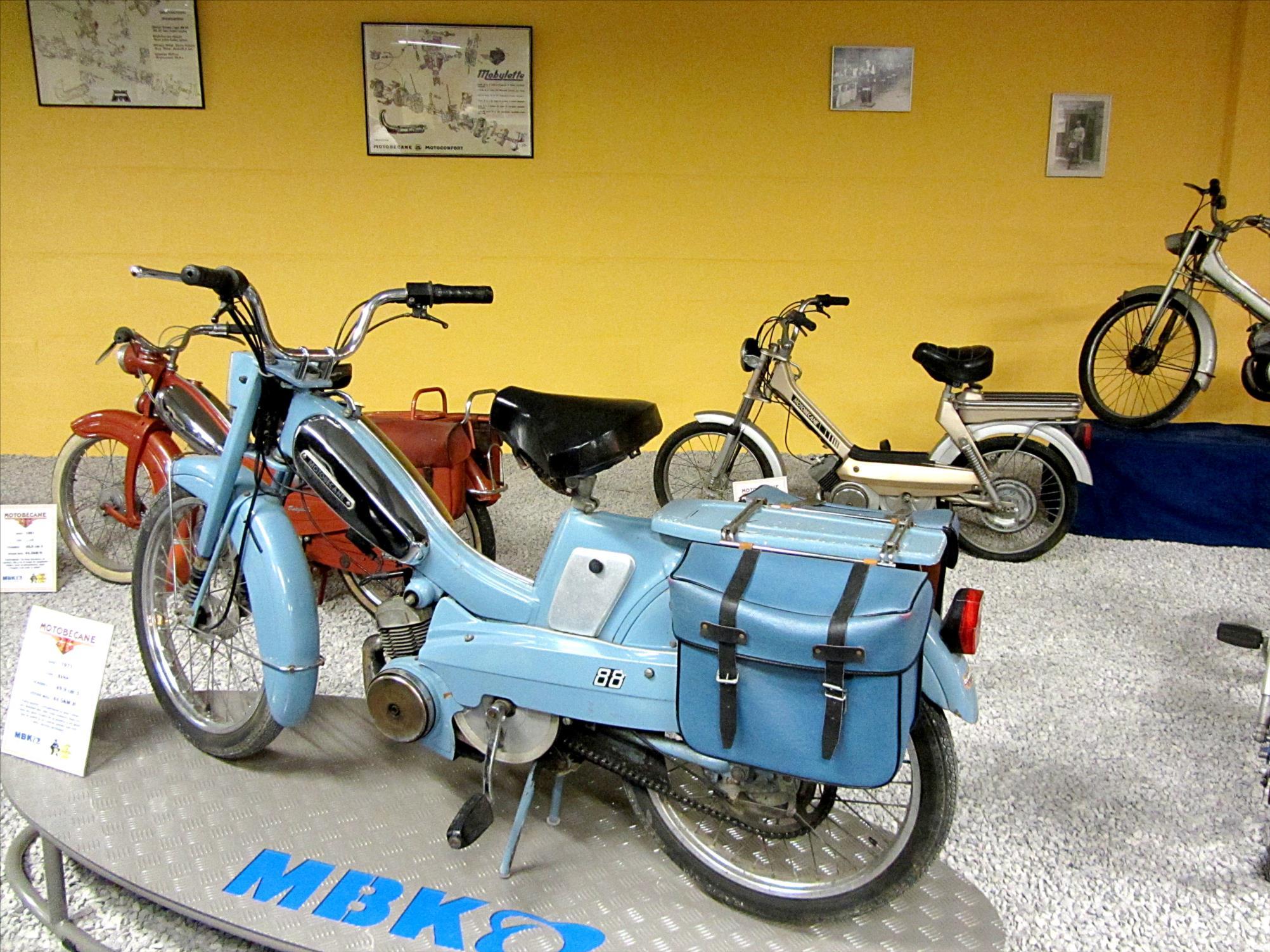 """La Motobécane AV 88, dite """"La bleue"""", la plus populaire des mobylettes, apparue à la fin des années 50"""