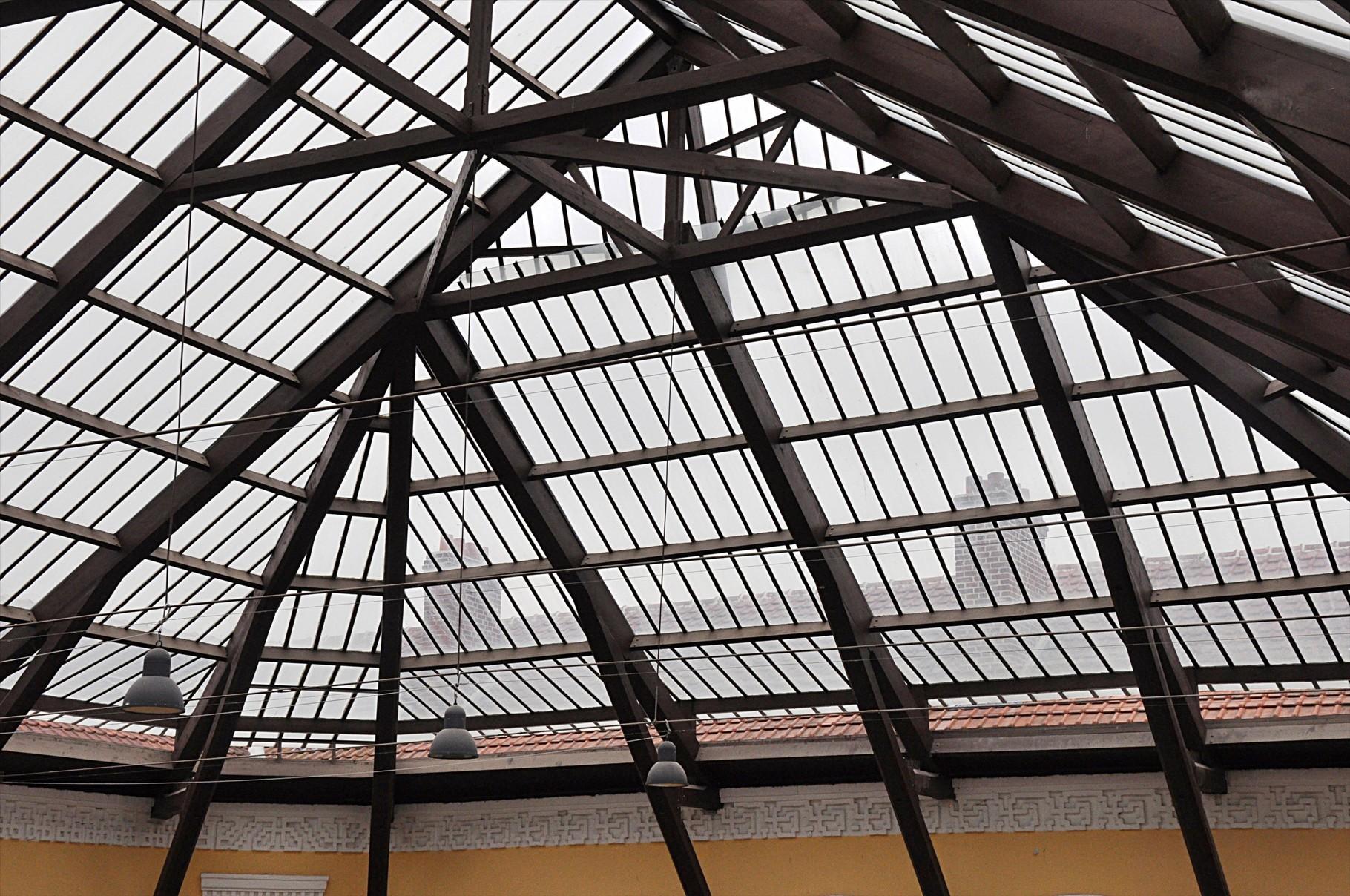 La grande verrière (détail) couvre les 900 m² de la cour