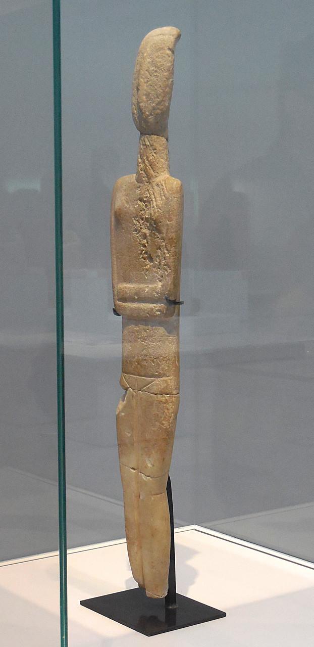 2700 -2300 avJ.C., Cyclades, Idole féminine nue, bras croisés