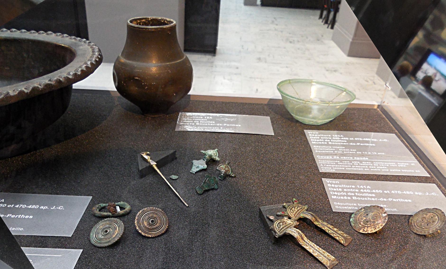 Vitrine avec objets funéraires féminins, fibules digitées et épingle de coiffure