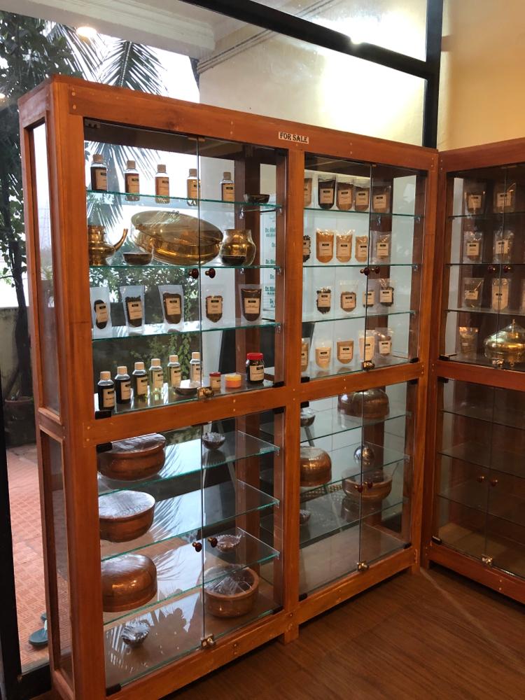 ホール入り口にはスパイス、ハーブなどの展示棚。