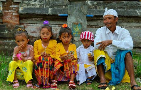 un père et ses quatre enfants après la cérémonie