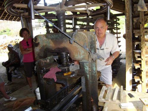 Participer à la fabrication  de  tuiles  artisanales