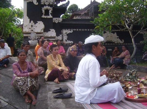Une ceremoine plutot tribale qu'hindouiste devant le temple et la porte d'entree de la grande famille commande par un petit pretre. Apres cette ceremonie, les maries peuvent partager le meme lit