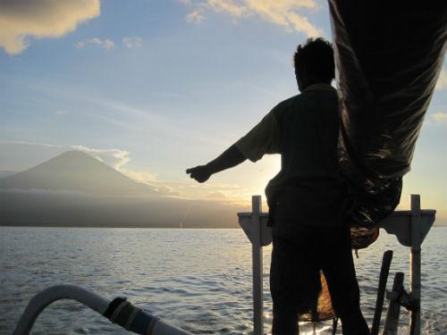 Pêcher en admirant  un coucher de soleil