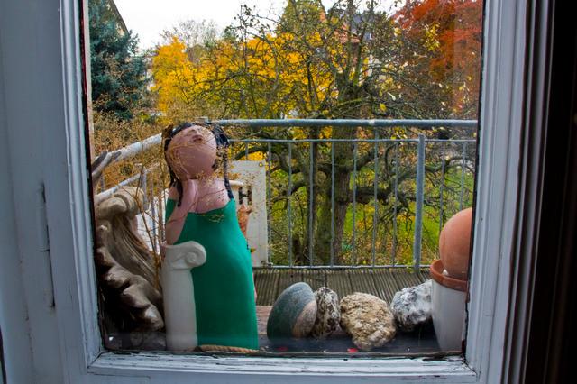 Papiermaché: Die Tiefurter Muse im Fenster
