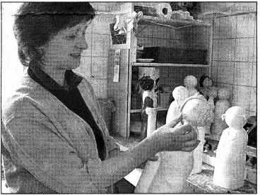 Veronika Gummel in ihrer Werkstatt