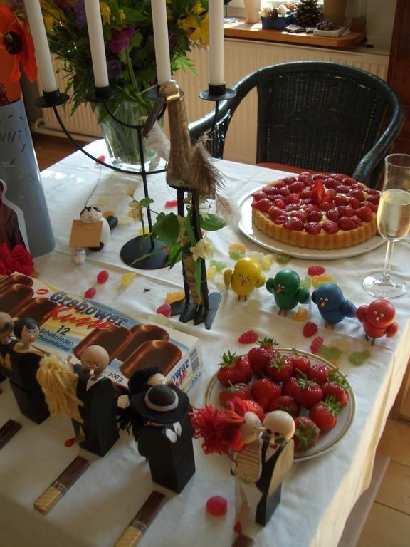 Holzfiguren: Geburtstagstisch mit Korkenfiguren