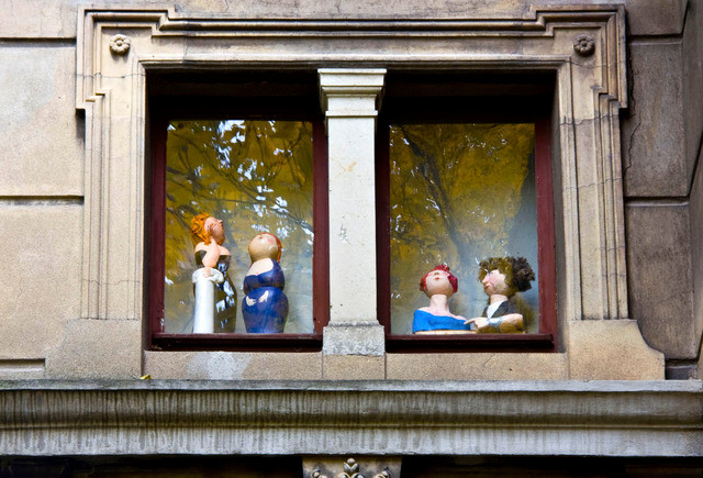 Papiermaché: Ausgewählte Figuren über der Eingangstür