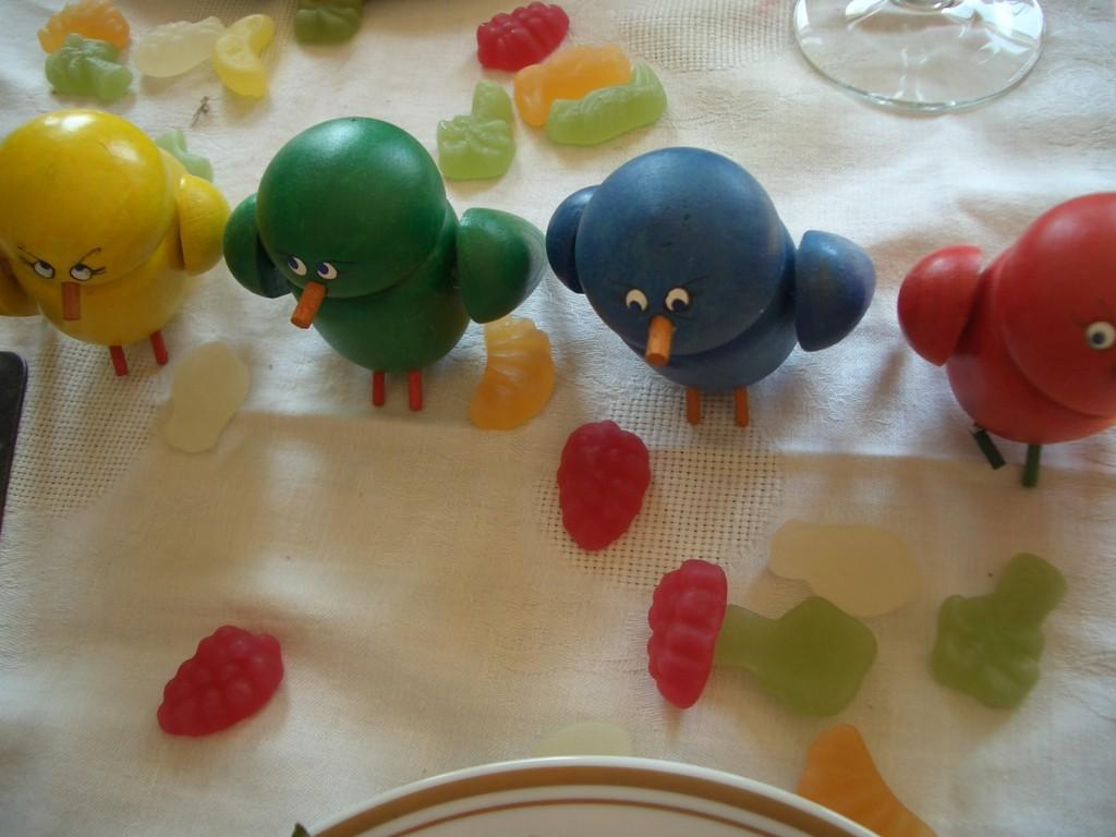 Holzfiguren: Geburtstagstisch mit kleinen Vögeln