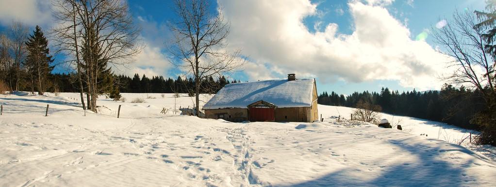 Ferme sous le neige.