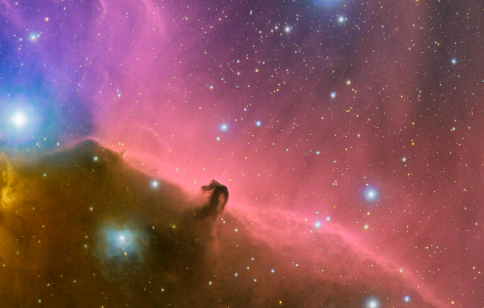 le nuage de poussières Barnard 33 qui se détache devant les rideaux d'hydrogène rouge IC434, version Fabien