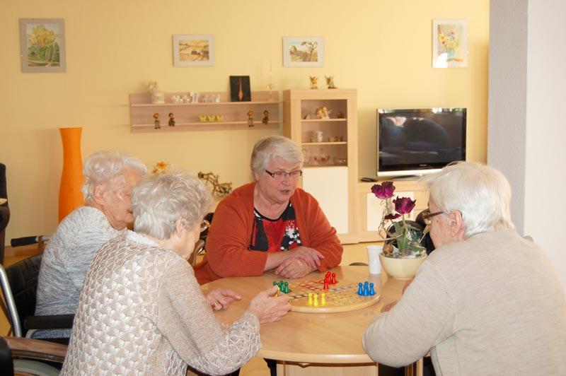 Im Aufenthaltsraum haben unsere Tagespflegegäste die Möglichkeit für gemeinsame Aktivitäten wie Karten spielen, Zeitung lesen, rätseln oder fernsehen.