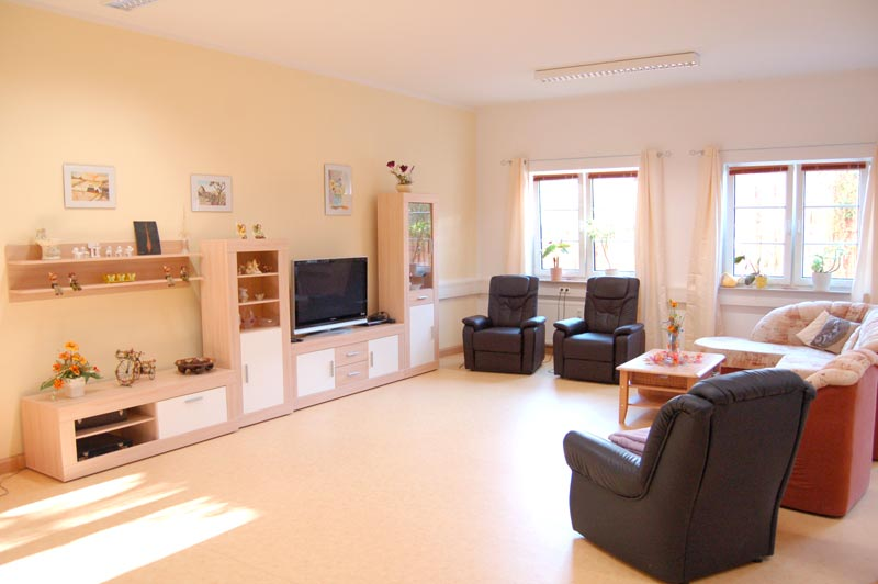 Der Aufenthaltsraum ist mit gemütlichen Relaxsesseln und einem Fernseher ausgestattet.