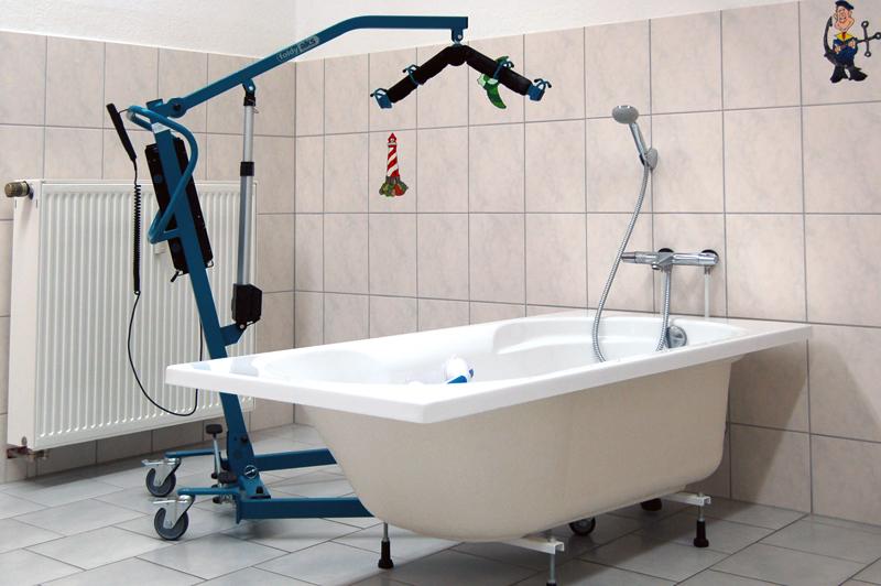 Das Pflegebad ist mit Wanne (inkl. Wannenlift) und Dusche behindertengerecht gestaltet.