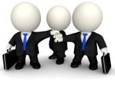 drei Figuren im Anzug, die Hände übereinander gelegt