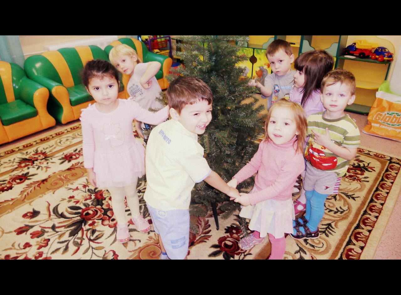 Елка наряжается - Праздник приближается. Новый год у ворот, Ребятишек елка ждет.