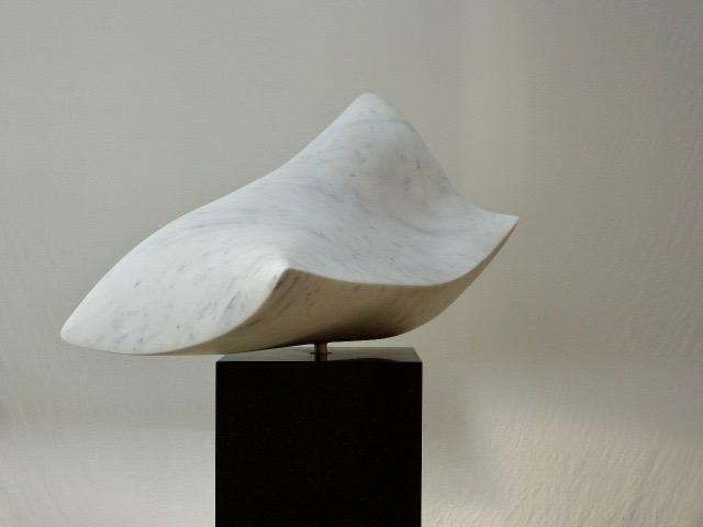 """Carrara Marmor, drehbar auf einen schwarzen Granitsockel  """"Die Seele""""          4000.-€"""