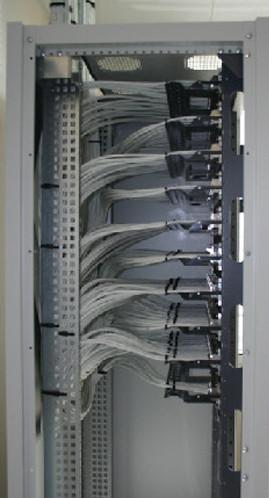 Fixation des cables sur les panneaux de brassage.