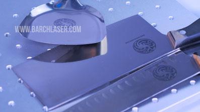 Grabado laser color negro sobre metal