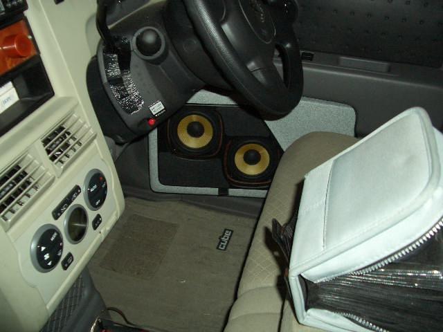 14cmダブルウーファー カーオーディオシステムです。車はCube。密閉型の箱を作成し、バッフル面は上向きと内側にスラントしているという、立体的な角度を持っています。