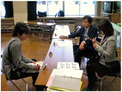 報道陣からインタビュー中の古澤 正校長