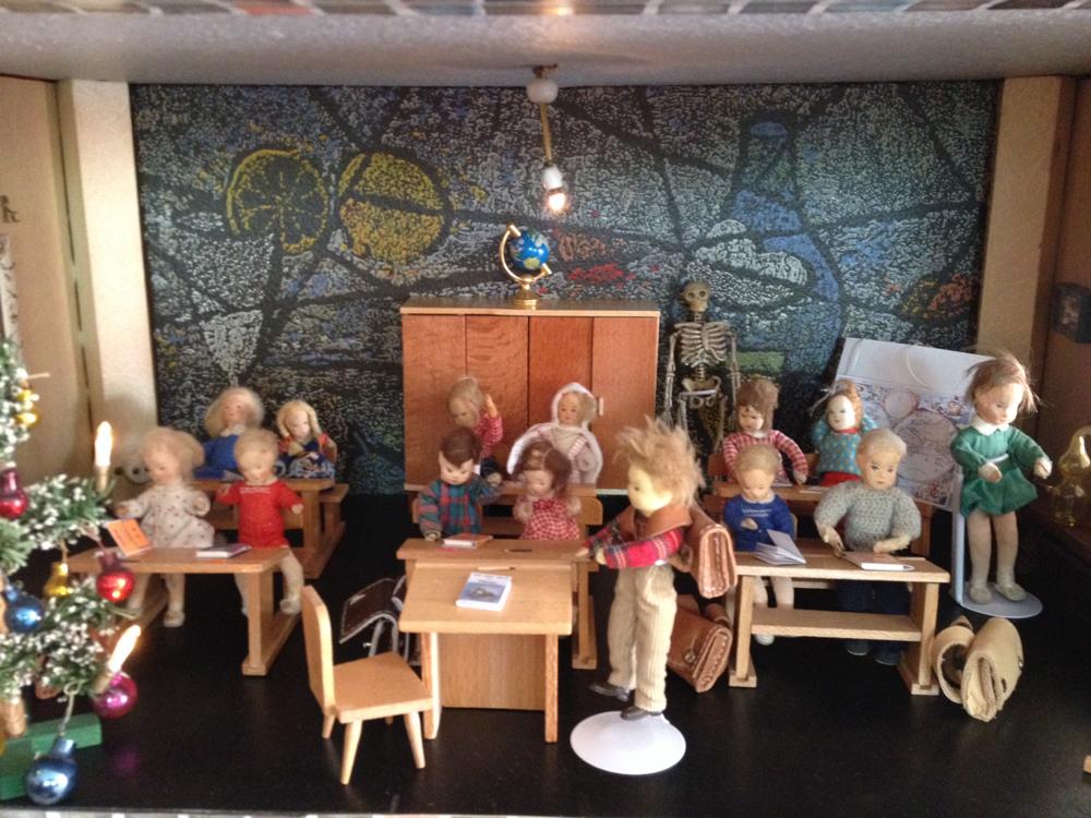 In meiner Puppenschule hat sich einiges getan. Ich habe nun versucht alle Schüler aus der Meyerproduktion der 50er und frühen 60er Jahre zu nutzen.