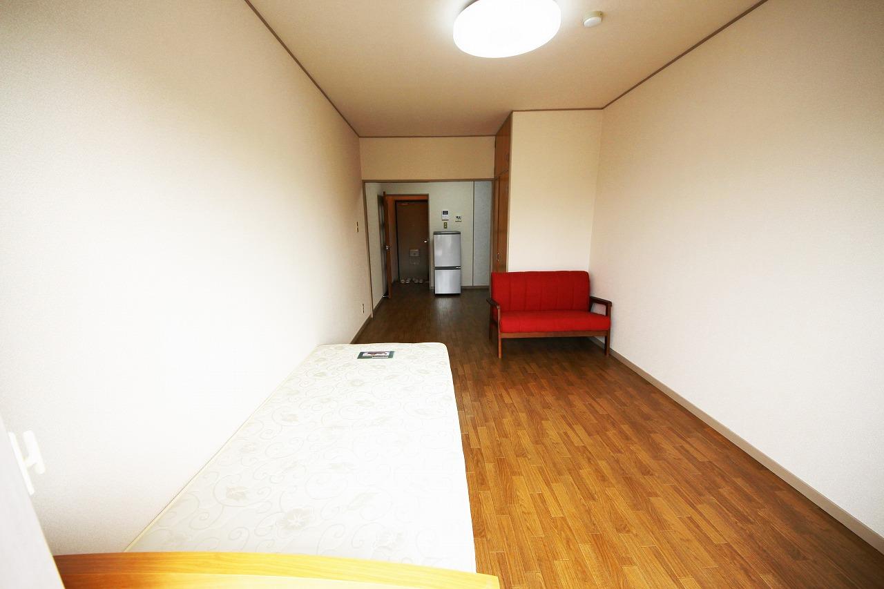 ベッド、ソファーも置いても十分なスペース