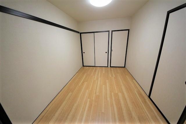 収納スペースと壁にはハンガーフック付き