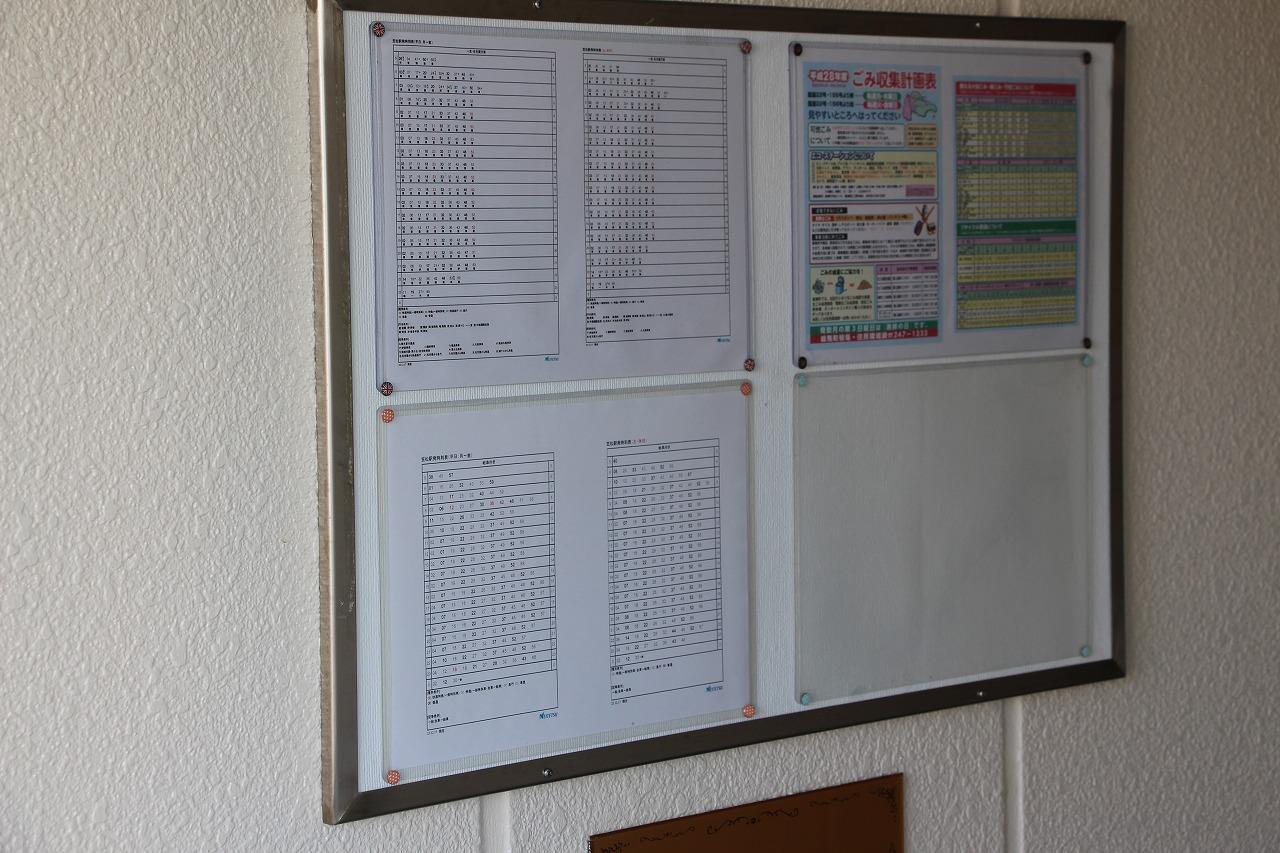 掲示板には徒歩5分の笠松駅からの時刻表。