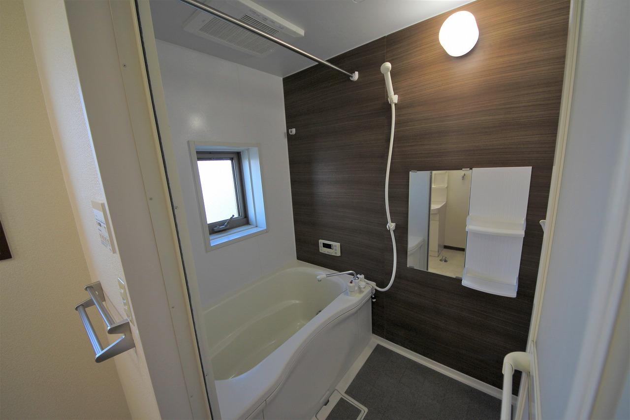 浴室乾燥機付きの大きな浴室