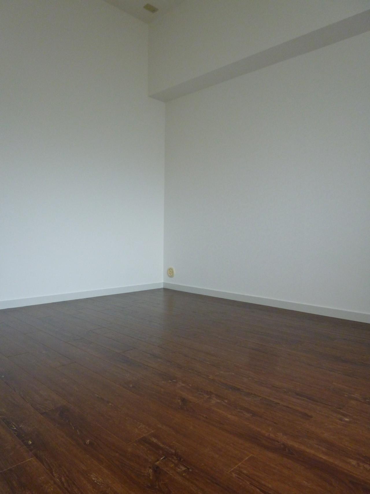 ウッド調のフロアタイルの洋室