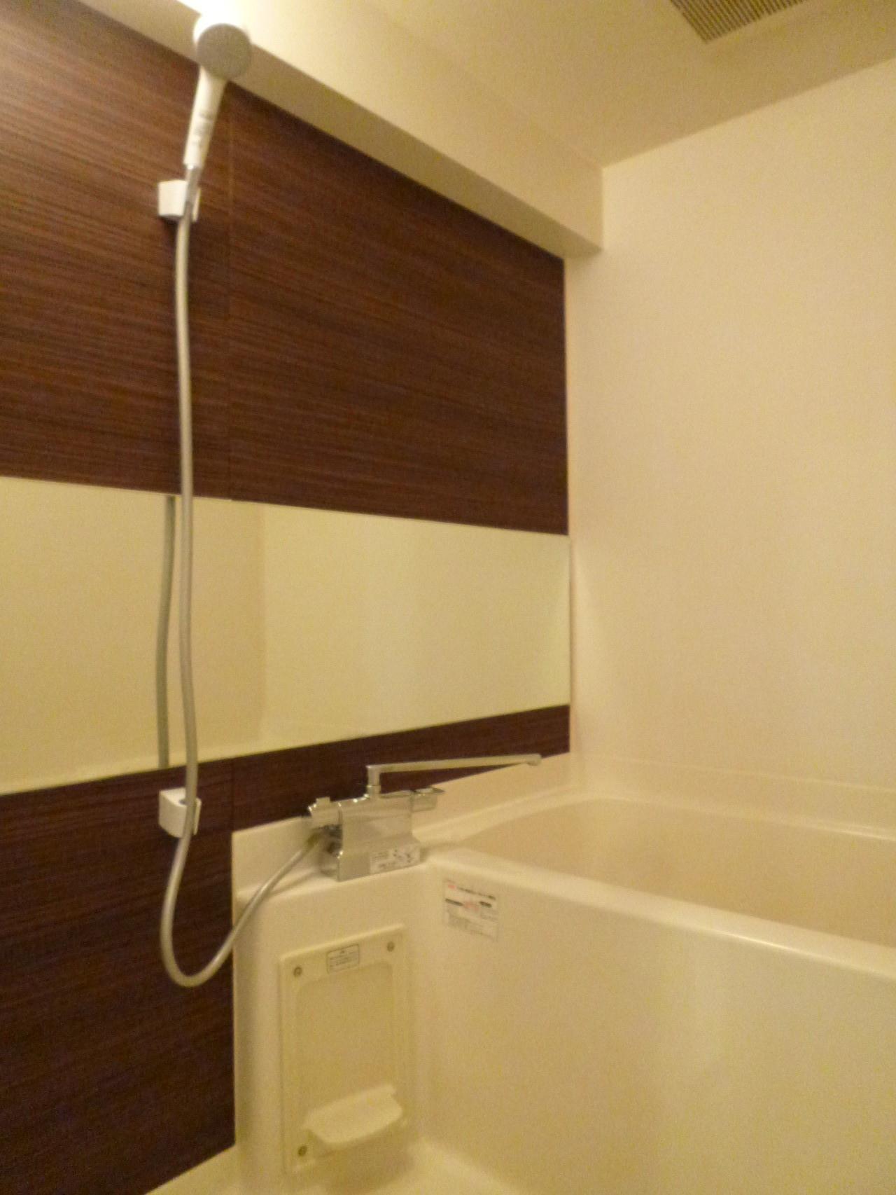 ワイドミラーの高級感ある浴室