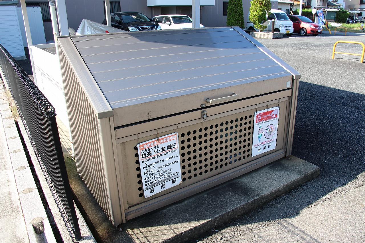 ゴミ庫も屋根付きで便利です