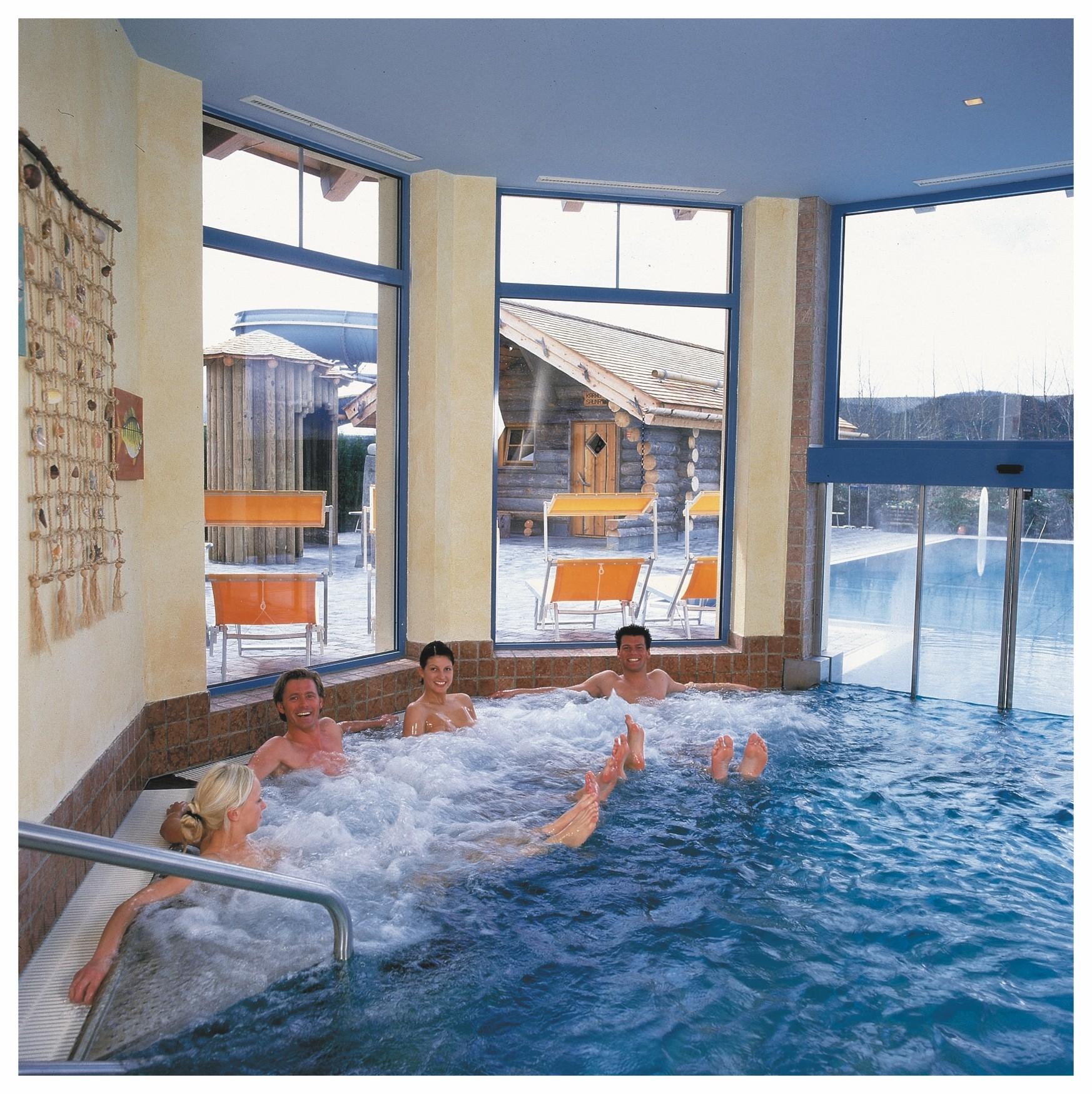 Innenschwimmbecken mit Whirlpool und verschiedenen Massagedüsen