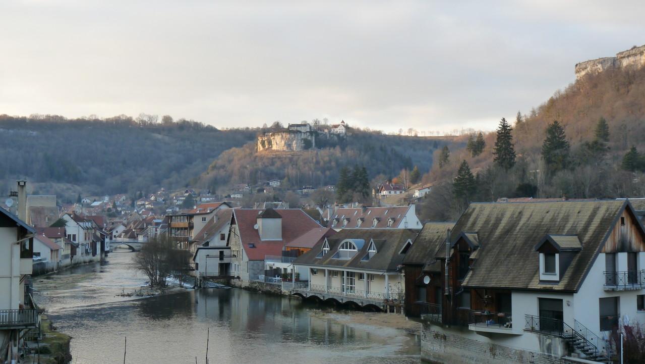 Vue d'Ornans avec le château d'Ornans tout au fond sur le rocher