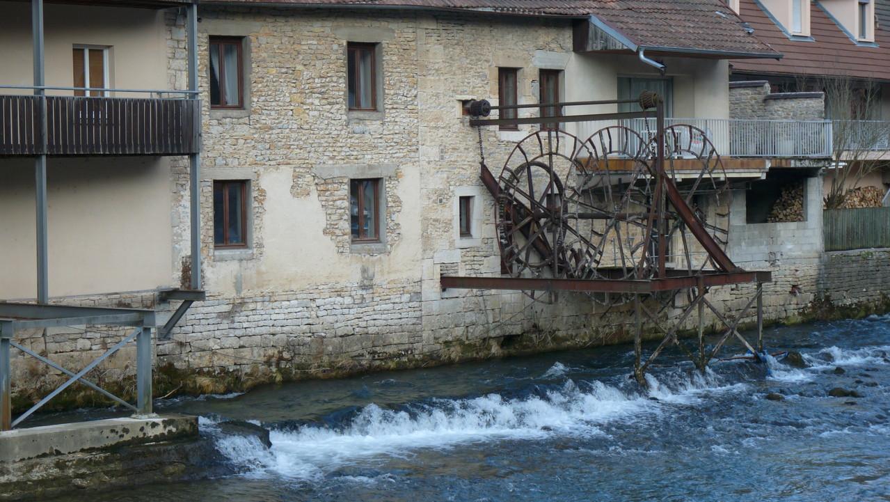 Reliques d'un ancien moulin en bord de Loue à Ornans