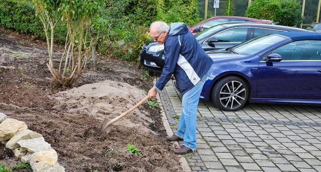 Auch der ehemalige Ortsvorsteher von Kleinblittersdorf, Hans-Josef Bur, packte mit an.