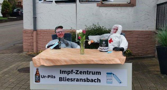 Stephan Weimerich, der Ortsvorsteher von Bliesransbach, und Bundesgesundheitsminister Jens Spahn sollen in der Hexennacht der Bliesransbacher Impfzentrum eröffnet haben.
