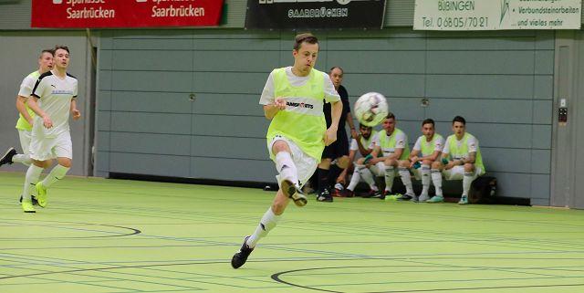 Felix Laufer erzielt das 3:0 mit einem Lupfer.