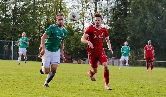 Johannes Britz (links) vom SV Auersmacher im Duell mit Eppelborns Nicolas Jobst.