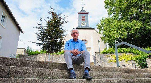 Günter Lang vor dem Dom in Bliesransbach. Ende August wird der 76-Jährige nach 25 Jahren als Ortsvorsteher von Bliesransbach verabschiedet.
