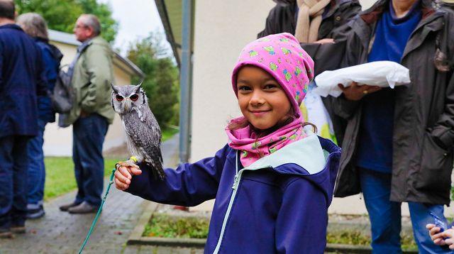 Maya durfte am Stand des Neunkircher Zoos eine kleine Weißgesichtseule halten.